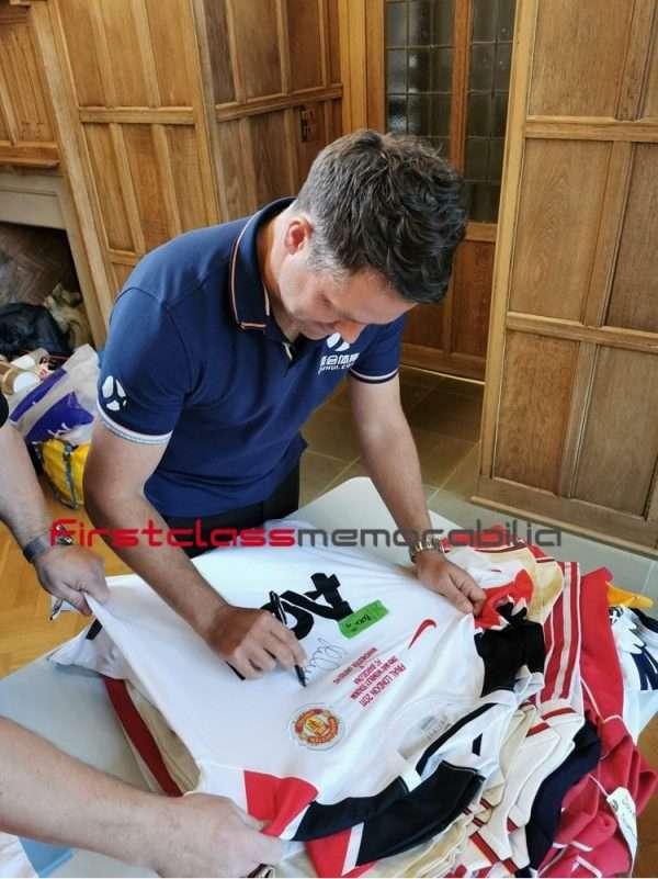 Michael owen signing autographs manchester united
