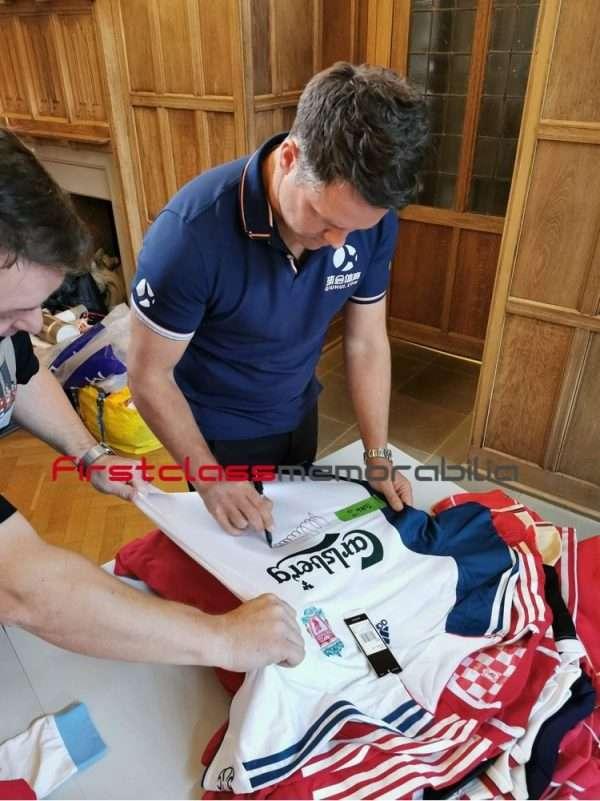 Michael owen signing autographs liverpool