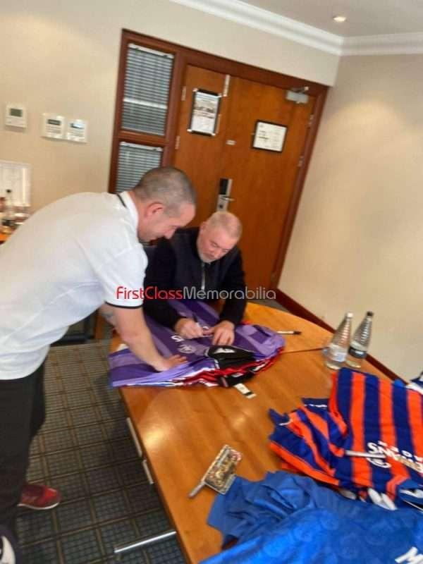 Ally McCoist signing autographs Rangers 4