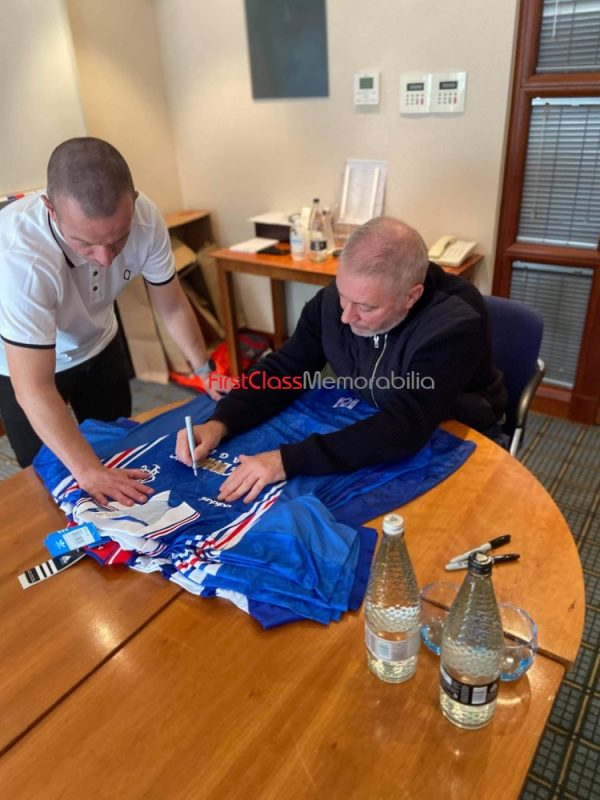 Ally McCoist signing autographs Rangers 8